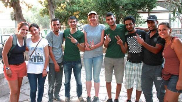 Stella (primeira à esq.) vive em Istambul e decidiu ir para Lesbos após o convite de amigos que estava indo se voluntariar na ilha (Foto: BBC/Stella Chiarelli)