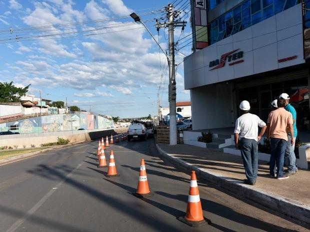 Trânsito em trecho de pista lateral da Jurumirim está interditado em meia pista. Não há prazo para fim da interdição. (Foto: Marcos Vergueiro)