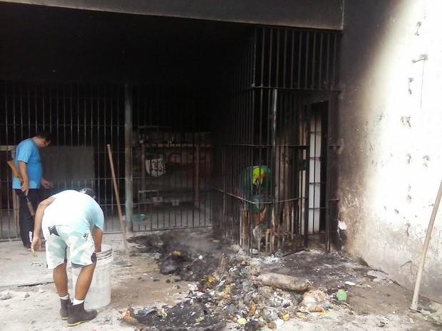 Colchões foram queimados pelos detentos na porta das celas (Foto: Divulgação/Sinpoljuspi)