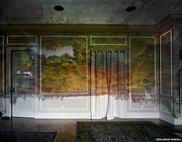 'Foco minha câmera de grande formato na imagem na parede, em seguida, faço exposição no filme. No início, a exposição levava entre cinco e dez horas', diz Morell.  (Foto: Abelardo Morell)