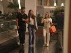 Acompanhada da mãe, Marina Ruy Barbosa passeia com o namorado