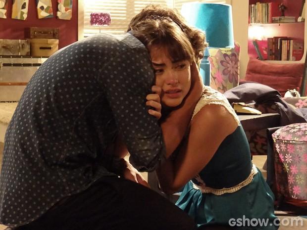 Patrícia chora no ombro de Michel, desesperada... (Foto: Amor à Vida / TV Globo)