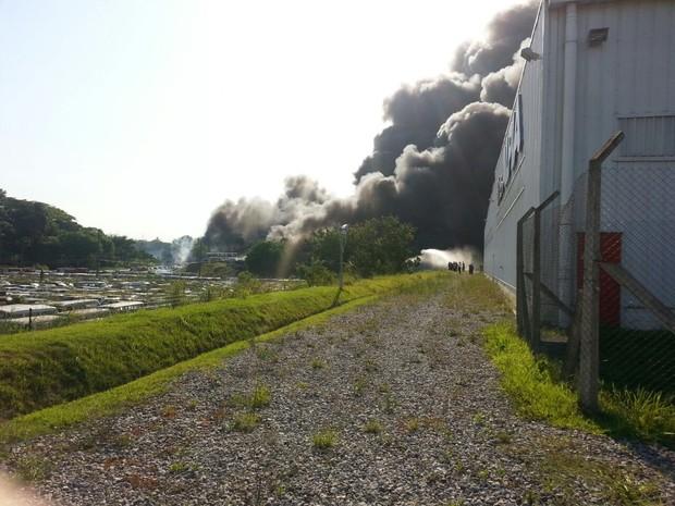 Incêndio atingiu depósito do Detran em Caxias, RJ (Foto: Jéssica Sá / Arquivo pessoal)