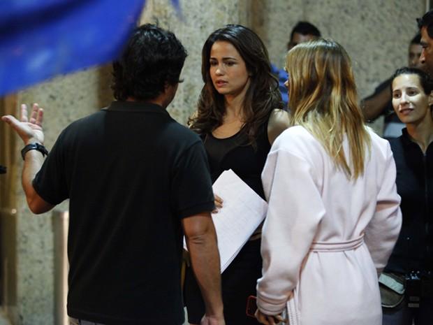 Atrizes recebem instruções do diretor (Foto: Salve Jorge/TV Globo)