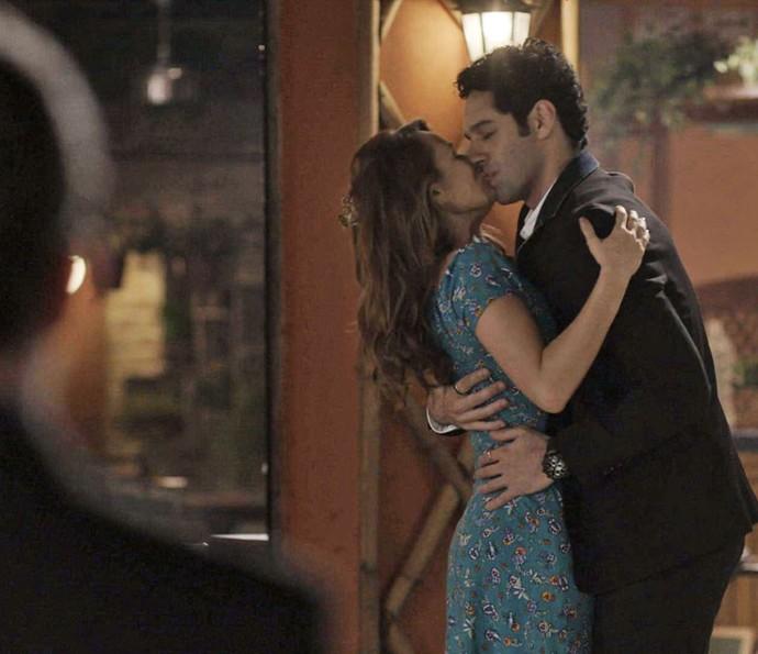 Beto chega e beija Tancinha na porta da cantina (Foto: TV Globo)
