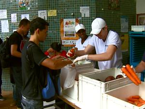 Estudantes da UFSCar receberam alimentos em São Carlos (Foto: Ely Venâncio/EPTV)