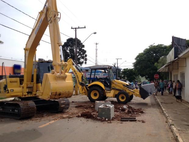 Máquinas da prefeitura foram utilizadas para quebrar paredes de banco (Foto: Alberto D´Angele/ RPC Londrina)