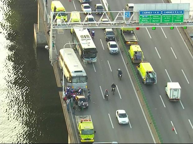 Acidente envolvendo ônibus deixou ponte a acessos parados (Foto: Reprodução/TV Globo)