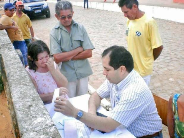 Pacientes fazem fila do lado de fora do posto de saúde, onde recebem atendimento (Foto: Agência Miséria)