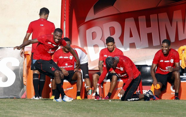 Felipe leva ovada no treino do Flamengo (Foto: Marcio Alves/Agência O Globo)