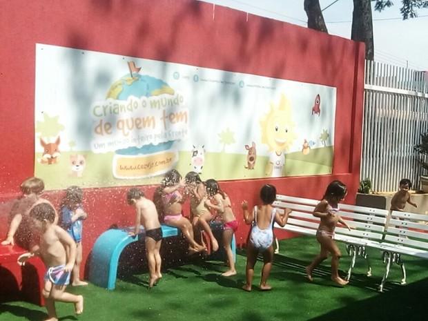 Crianças tomam banho de mangueira em escola do DF (Foto: Ceav/Divulgação)