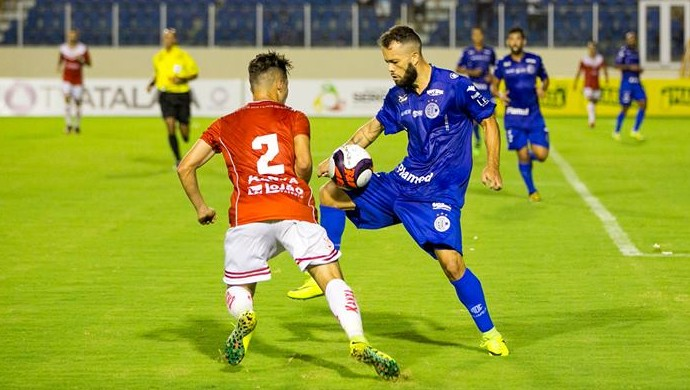 Álvaro tem se destacado na temporada pelo Confiança (Foto: Ricardo Espinheira)