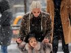 Kim Kardashian ensina North West a patinar no gelo em Nova York