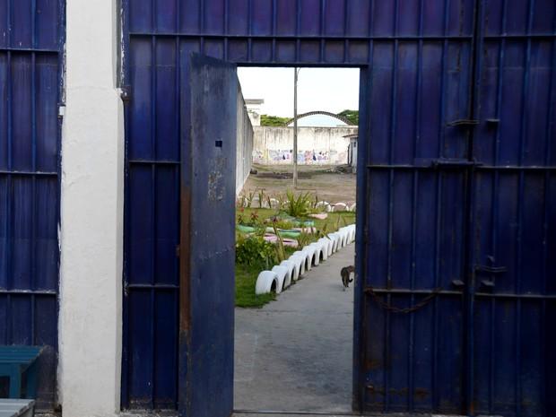 Portão azul separa liberdade e prisão, na Penitenciária Maria Júlia Maranhão (Foto: Dani Fechine/G1)