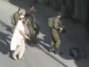 Israelense segura arma ao lado de oficiais após morte de palestino (Foto: Reuters/Reuters TV)