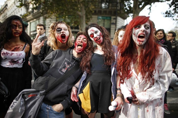 'Mortos-vivos' saíram às ruas em caminhada zumbi (Foto: Benoit Tessier/Reuters)