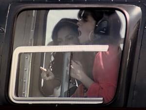 Clara entra em pânico e abraça Marina (Foto: Em Família/TV Globo)