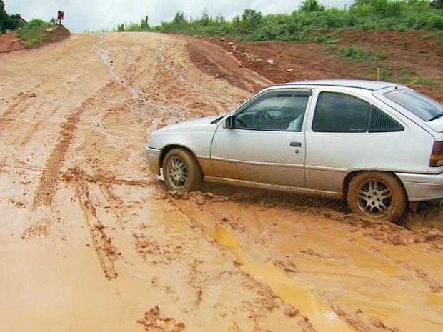 Motoristas sofrem com trecho de terra da BR-146 no Sul de Minas (Foto: Reprodução EPTV)