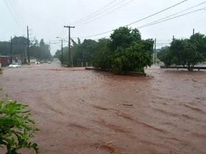 Córrego transbordou durante chuva nesta sexta (25) (Foto: Rui Spinola / Arquivo Pessoal)