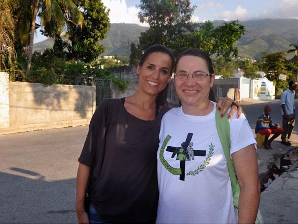 Júlia Bandeira e a Irmã Rosângela, da Pastoral da Criança, no Haiti (Foto: Divulgação)