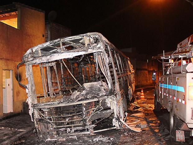 Um ônibus é incendiado na rua Gabiroba de Minas, no Jardim Gianetti, região do Lajeado, na zona leste de São Paulo, na noite desta quarta-feira (29). Segundo a Polícia Militar, suspeitos colocaram entulhos e obrigaram o motorista a parar. Os suspeitos entraram no ônibus e pediram que os passageiros descessem. Eles quebraram os vidros do coletivo e atearam fogo ao veículo. (Foto: Edison Temoteo/Futura Press/Estadão Conteúdo)