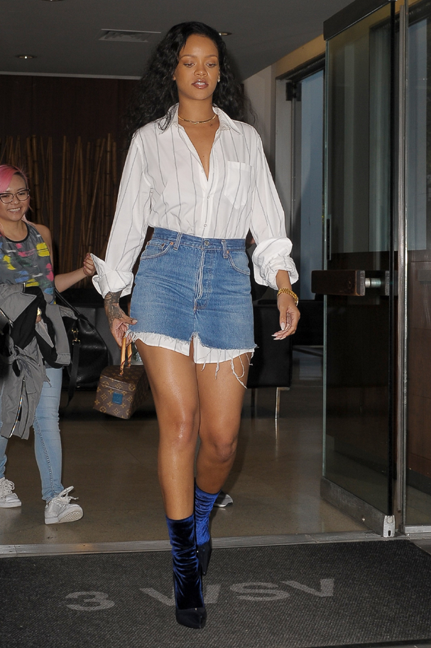 Rihanna veste camisa listrada longa com saia jeans mini (Foto: AKM-GSI)