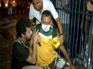 Homem desmaia depois de bomba de gás lacrimogênio jogada pela polícia (Foto: Andressa Gonçalves/ G1)