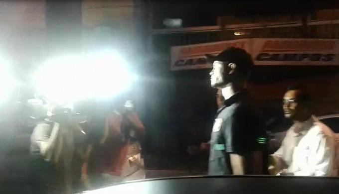 Goleiro Bruno na chegada à Delegacia Regional de Varginha  (Foto: Lucas Magalhães/ EPTV)