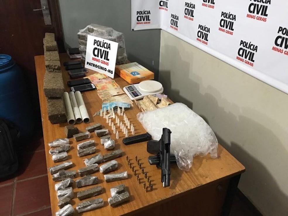 Polícia apreendeu tabletes de maconha, pinos de cocaína, uma pistola e diversos celulares. (Foto: Polícia Civil de Patrocínio)