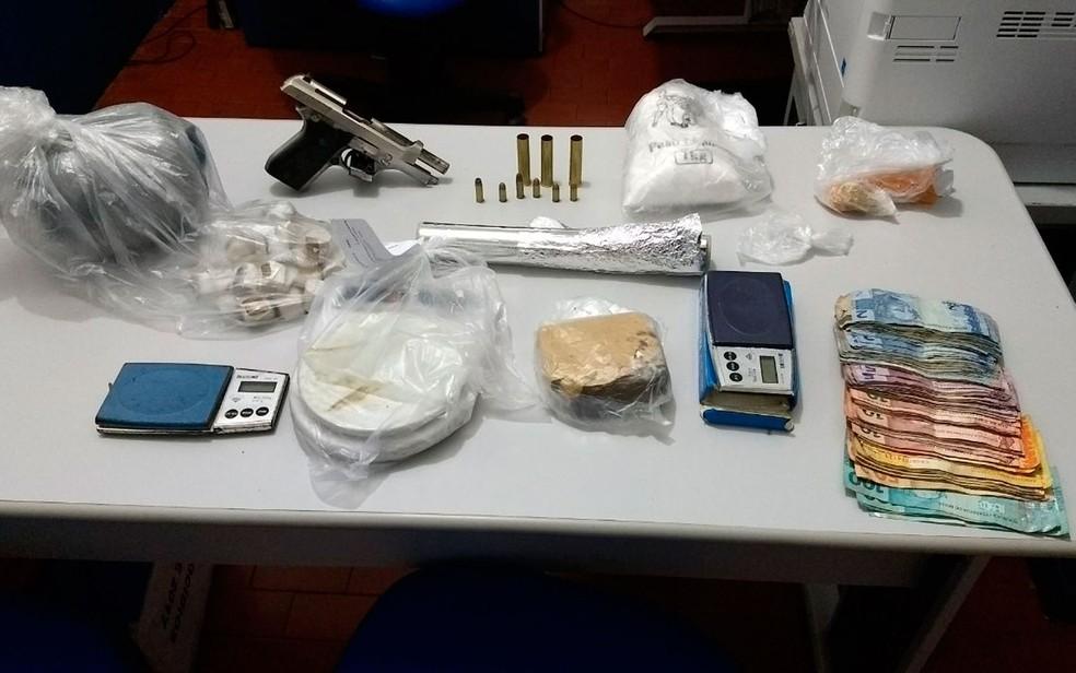 Drogas, dinheiro e armas foram apreendidas pela polícia com os suspeitos (Foto: Divulgação/Polícia Civil)