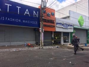 Parte da rua interditada na manhã desta quinta-feira, em Camaçari (Foto: Juliana Almirante/G1)