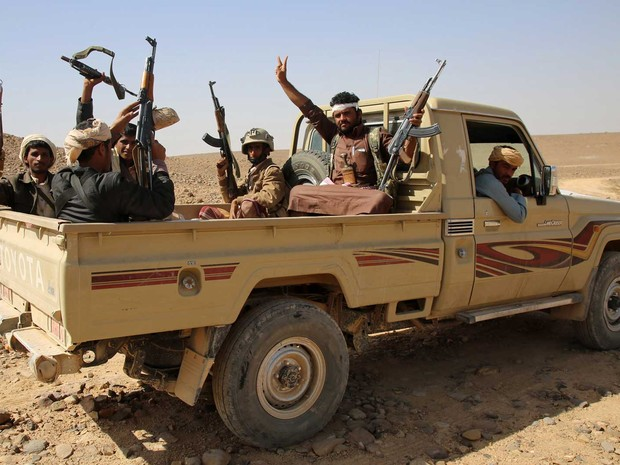 Homens de tribos iemenitas dos Comitês de Resistência Popular, em apoio à Arábia Saudita (Foto: Abdullah al-Qadry / AFP Photo)