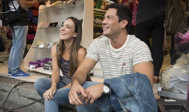 Gabriela Duarte e Malvino Salvador gravaram em uma logo na rua 25 de março (Foto: TV Globo / Bob Paulino)