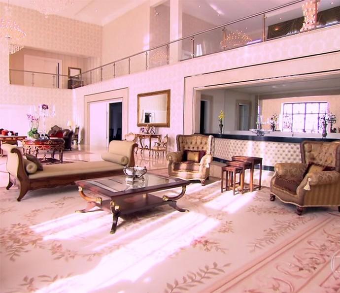Sala luxuosa tem tapeçaria requintada e estofados em capitonê (Foto: Reprodução)