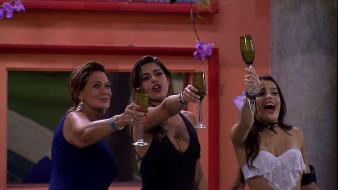 As finalistas Ieda, Vivian e Emilly brindam na casa (Foto: TV Globo)