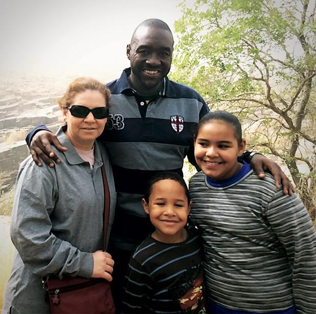 MISSÃO NA ÁFRICA Roberto Carlos Gomes com a mulher, Telma,  e os filhos Djalma  e Débora, no  Níger. Mesmo sob ameaça, ele diz  que ficará no país (Foto: arquivo pessoal)