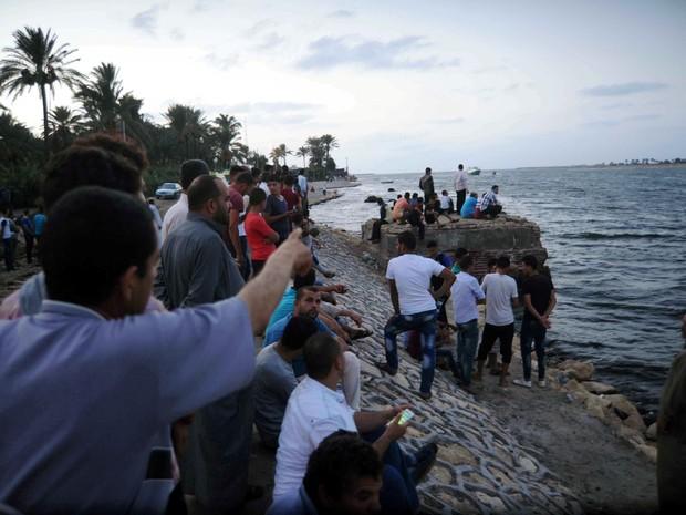 Pessoas se reúnem ao longo da costa do Mar Mediterrâneo durante buscas por vítimas de naufrágio em Al-Beheira, no Egito (Foto: REUTERS/Stringer )
