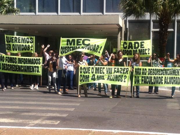 Alunos da Faculdade Alvorada prostestam no MEC (Foto: Lucas Salomão/G1)