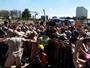 Protestos marcam primeiros metros do revezamento da tocha em Brasília