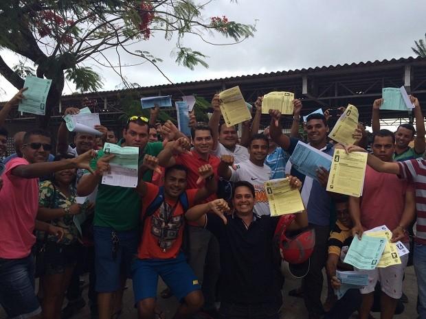 Candidatos exibem caderno de questões e cartões-resposta entregues na Escola Margarez Lacet (Foto: Michelle Farias/G1)