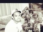 Tá rolando! De lingerie, Rihanna posa ao lado de Chris Brown