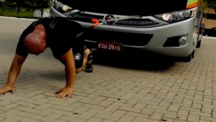 strongman carrega ônibus (Foto: Reprodução SporTV)