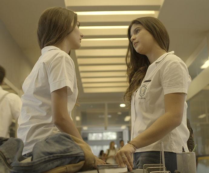 Lívia conversa com Lu sobre a relação da amiga com Roger (Foto: TV Globo)