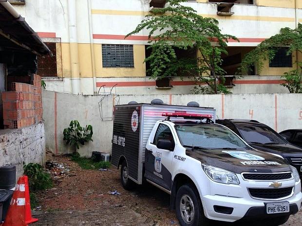 Corpo foi localizado perto de prédio onde funciona Casa do Estudante  (Foto: Indiara Bessa/G1 AM)