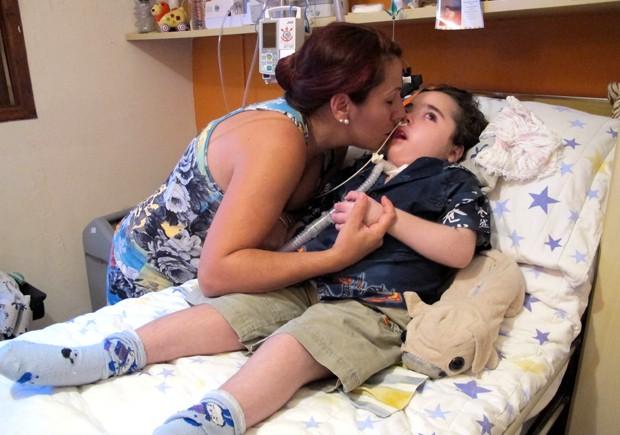 Mãe do garoto deixou de trabalhar para se dedicar ao filho após afogamento (Foto: Anna Gabriela Ribeiro/G1)
