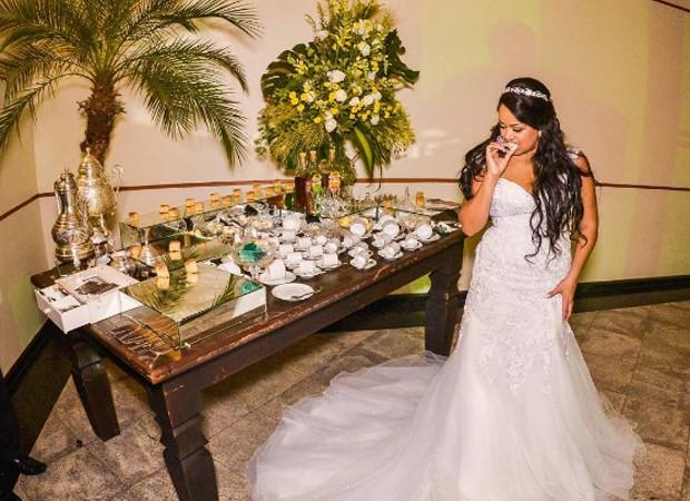 Elis Nair escolheu um modelo clássico e decotado para se casar (Foto: Reprodução/Instagram)