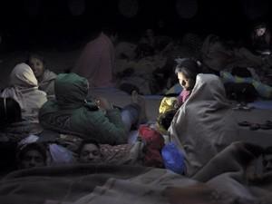 Família se abrigou com outros em tendas (Foto: Nádia Otake/ Grassroots News International)