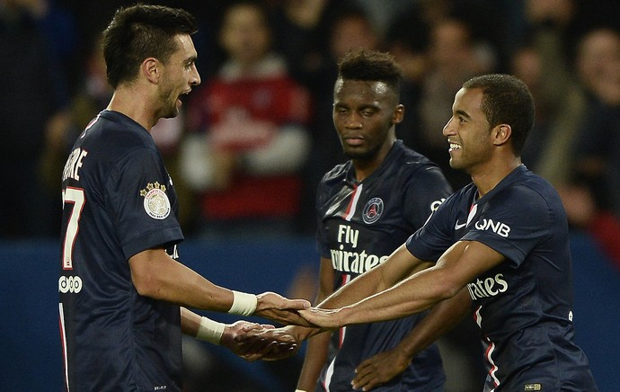 Lucas comemora gol do PSG com Pastore (Foto: AFP)