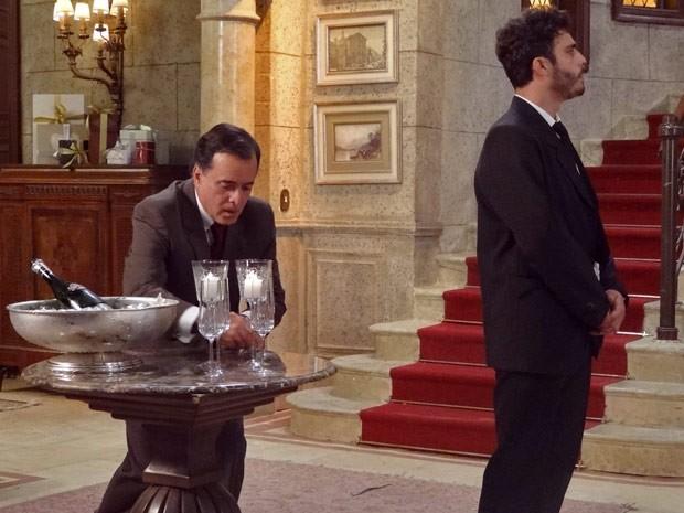 Zenon tolinho! Dominguinhos troca as taças, e ele nem vê (Foto: Guerra dos Sexos / TV Globo)