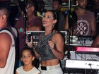 Scheila Carvalho, ao lado da filha, exibe boa forma em trio do marido